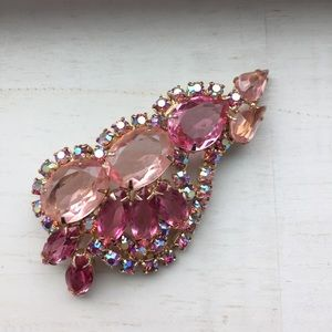 Jewelry - Lovely vintage crystal brooch